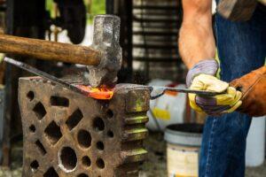Forge travail enclume et marteau