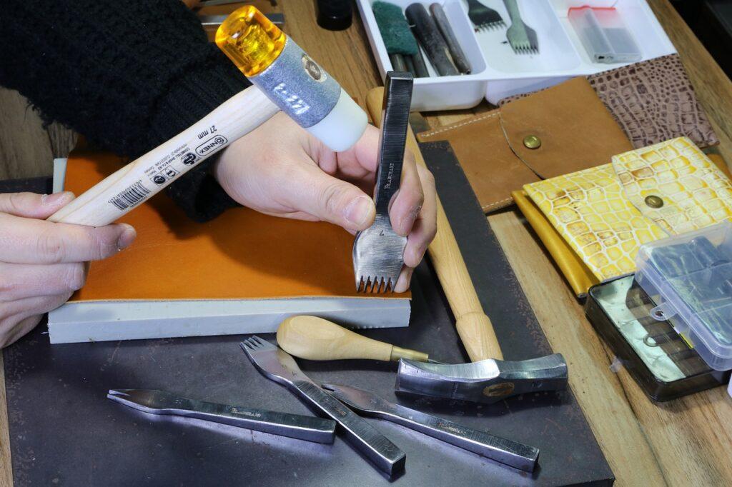 le travail de l'artisan du cuir