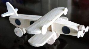 Jouet avion en bois