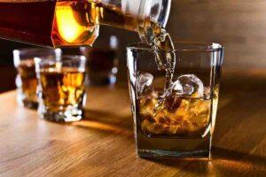 Verre et caraphe de whisky