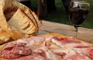 Assiette charcuterie-verre à vin rouge