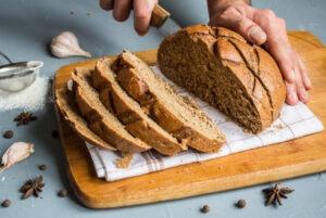 couper le pain de seigle,