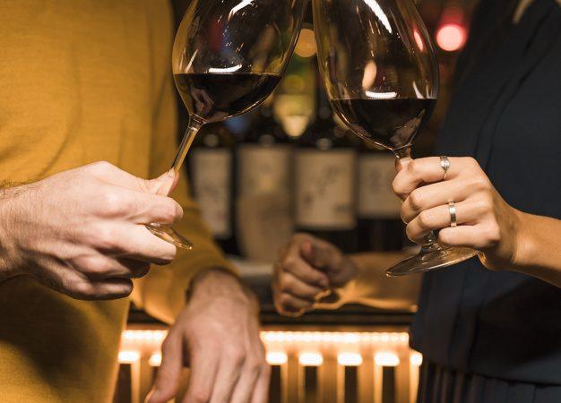 Couple, trinque vin rouge,