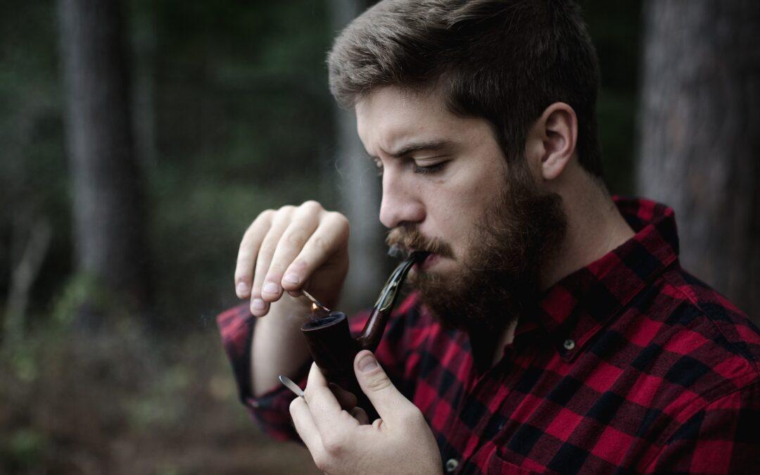 Un jeune qui fume la pipe,